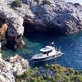 Discover beautiful coves by boat